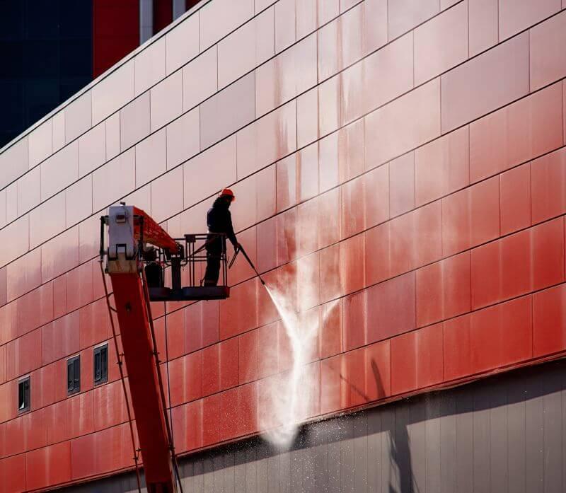 Mycie elewacji na budynku