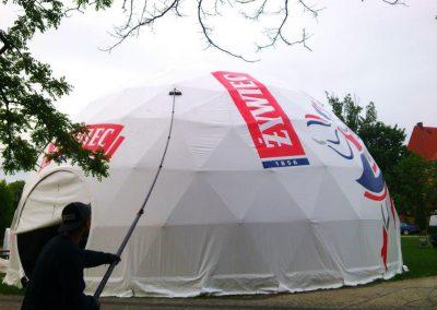 Mycie namiotu przy pomocy szczotek teleskopowych i wody osmotycznej