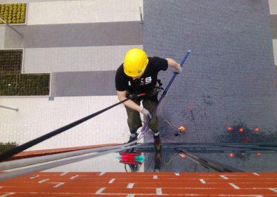 Mycie okien przy pomocy technik alpinistycznych (2)