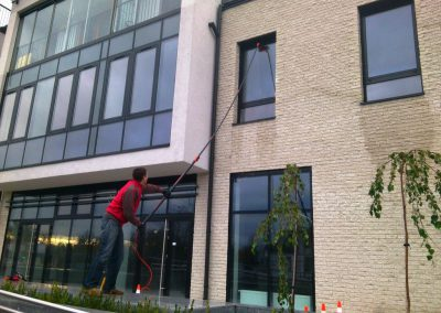 Mycie okien przy użyciu szczotek teleskopowych i wody osmotycznej (2)